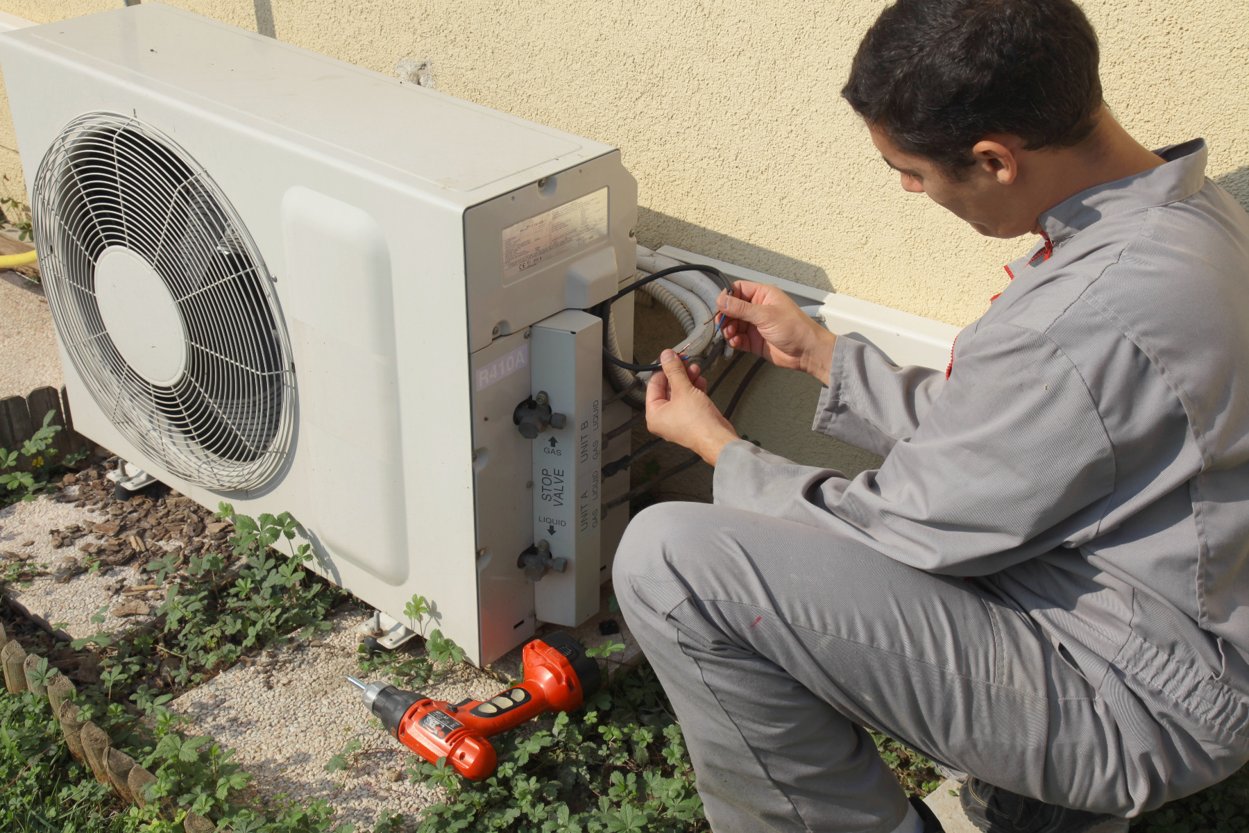 Visuel installateur avec un climatiseur